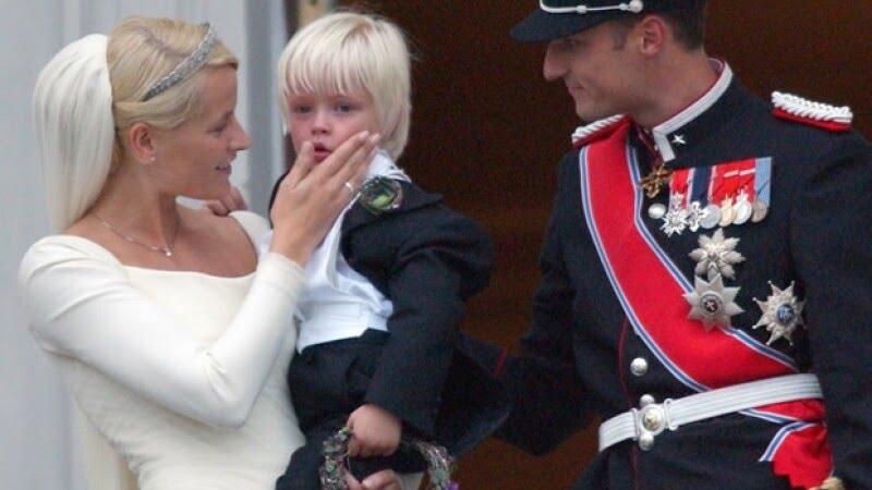 Matte el día de su boda con Haakon, acompañada por su hijo Marius.